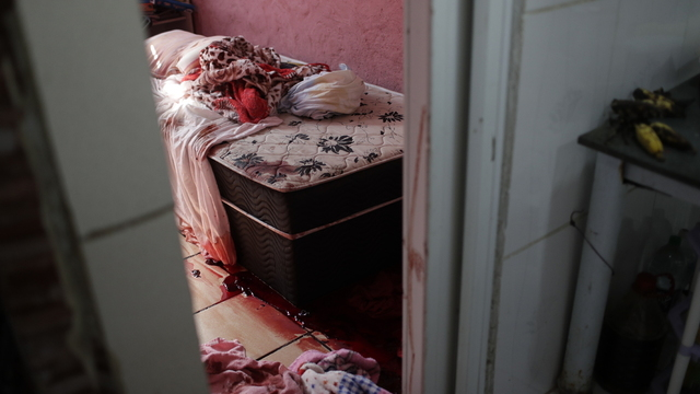 Rommet er dekket med blod etter politiaksjonen i Jacarezinho i Rio de Janeiro torsdag morgen.