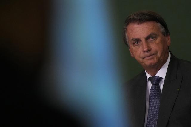 President Jair Bolsonaro samler mange sine støttespillere på Facebook-siden sin. Flere kommentarer har blitt fjernet for brudd på retningslinjene. Foto: Eraldo Peres / AP / NTB