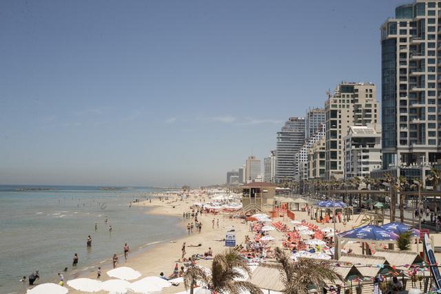 Israel tar imot turister som har latt seg vaksinere mot covid-19, fra november. Her nyter folk strandlivet i Tel Aviv. Foto: Terje Bendiksby / NTB