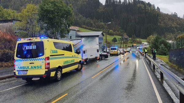 Varebilen foran ambulansen kolliderte med kjøreskolebilen som stikker ut bak varebilen.