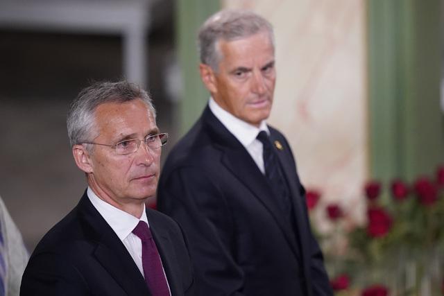 Nato-leder Jens Stoltenberg og Ap-leder Jonas Gahr Støre under gudstjenesten i Oslo domkirke, 10 år etter terrorangrepet 22. juli 2011.