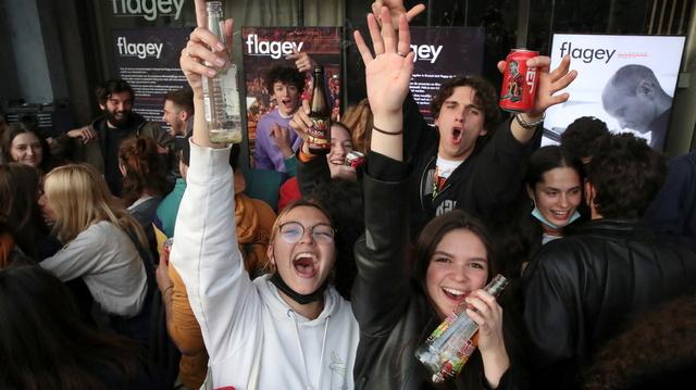 Ungdom i Brussel feiret lørdag slutten på portforbudet.