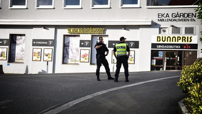 STENGT: Politiet på plass i Møllendalsbakken.