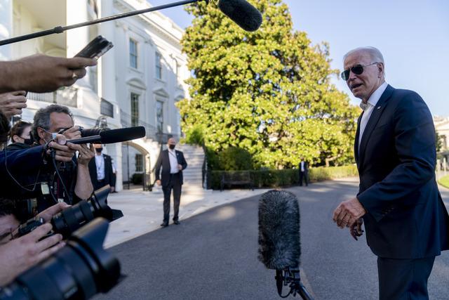 President Joe Biden utenfor Det hvite hus søndag. Foto: Andrew Harnik / AP / NTB