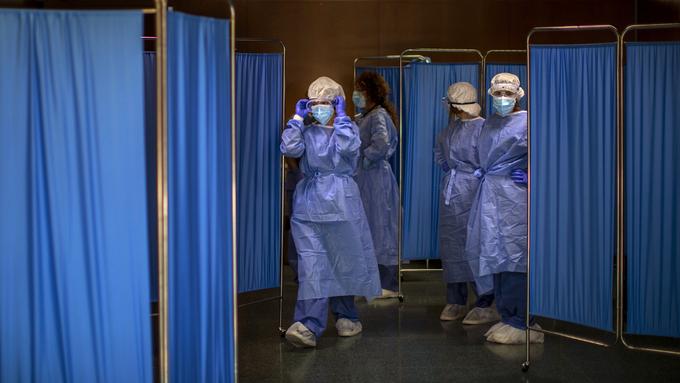 Helsearbeidere klar for å teste folk for koronaviruset i Spania.