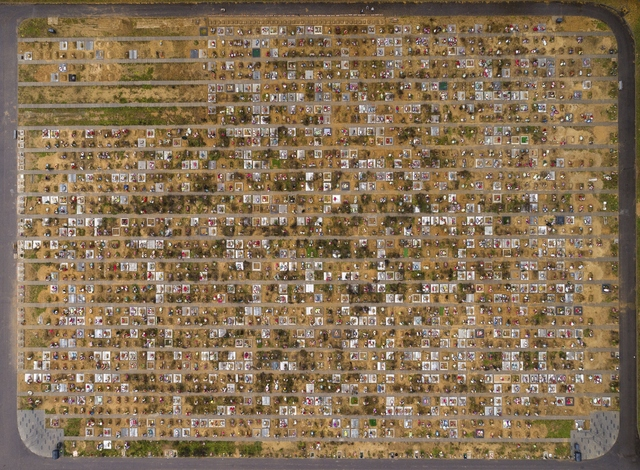 Luftfoto av nye graver på Jastrebkovskoe-kirkegården utenfor Moskva, der mange av dem som dør av covid-19, gravlegges. Bildet er tatt 21. oktober. Foto: Dmitry Serebryakov / AP / NTB
