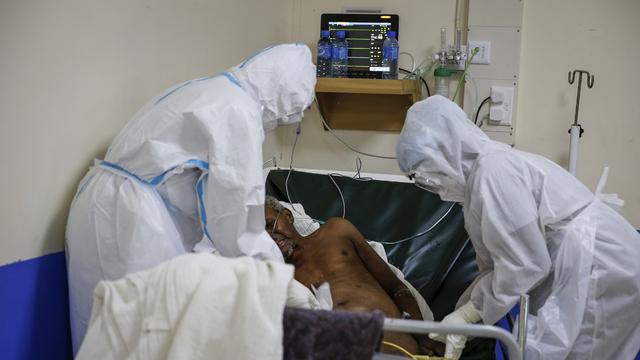 En pasient med Covid-10 får behandling på en intensivenhet i Machakos, sør for Kenyas hovedstad Nairobi. Norge har påtatt seg en lederrolle i den internasjonale dugnaden for å sikre en rettferdig fordeling av vaksiner, tester og behandling under pandemien.