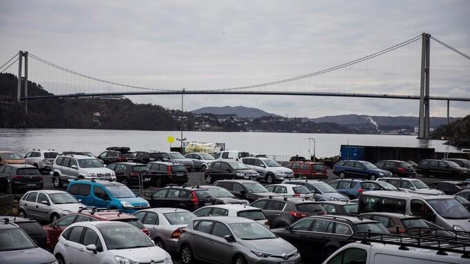 KAN KOSTE PENGER: Parkeringsplassen på Kleppestø kai er i dag gratis. Rådmannen vil ta betalt for parkeringen.
