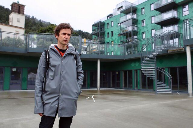 Barnehagebyråd Endre Tvinnereim foran lokalene til Damsgårdssundet barnehage.