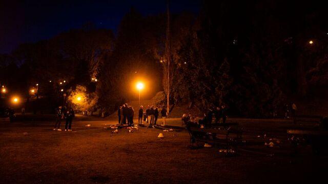 Både fredag og lørdag var det ansamlinger i Nygårdsparken. Dette bildet er fra natt til lørdag.