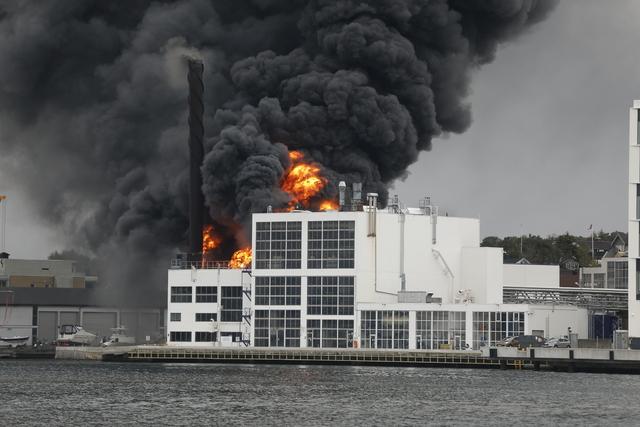 Brannvesenet jobber med å slukke en brann i et lagerbygg på Jotun fabrikker i Sandefjord.