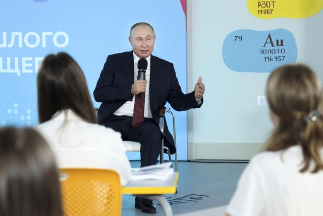 Vladimir Putin snakket onsdag til elever i Vladivostok i forbindelse med starten på det nye skoleåret. Foto: Sergej Bobylev / Sputnik / AP / NTB