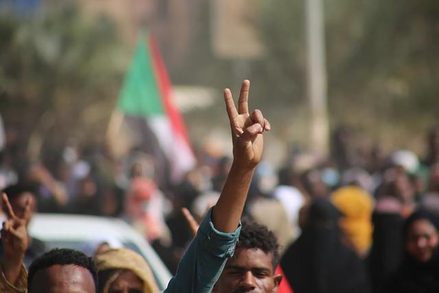 Demonstranter protesterer mot kuppet i Sudan mandag. Foto: Ashraf Idris / AP / NTB