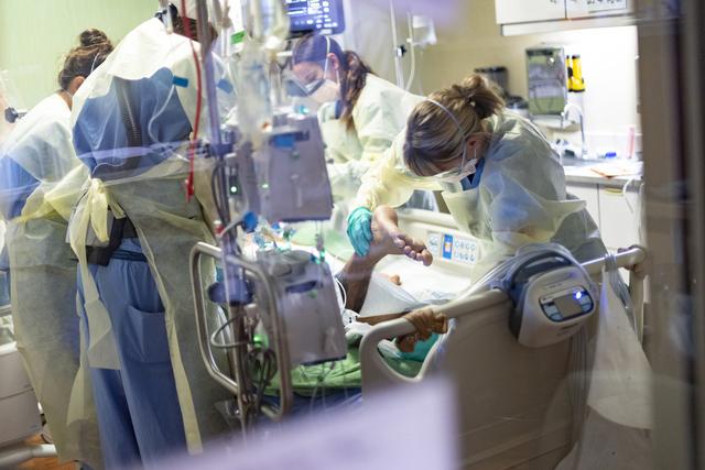 Nær 2.700 mennesker døde av korona i USA onsdag. Her blir en koronapasient behandlet på et intensivsykehus i Boise i delstaten Idaho. Foto: Kyle Green / AP / NTB