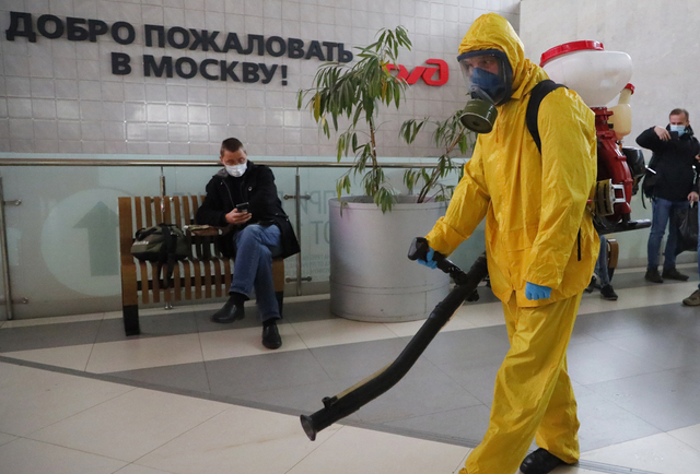Leningrad-stasjonen i Moskva desinfiseres mens koronasmitten øker i Russland. Foto: Aleksander Zemlianitsjenko Jr / AP / NTB