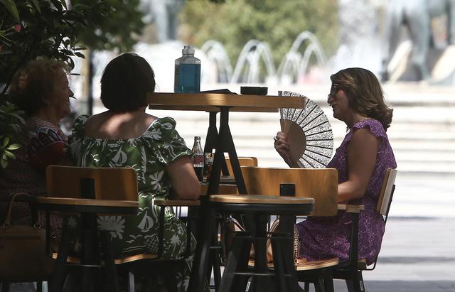 Det er varslet svært varme dager i sørøstlige deler av Europa, som her i Skopje i Nord-Makedonia, de neste dagene. Foto: Boris Grdanoski / AP / NTB
