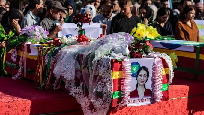 Den kurdiske politikeren Hevrin Khalaf ble drept i Syria sist helg. Nå får Tyrkia kritikk fra Amnesty.