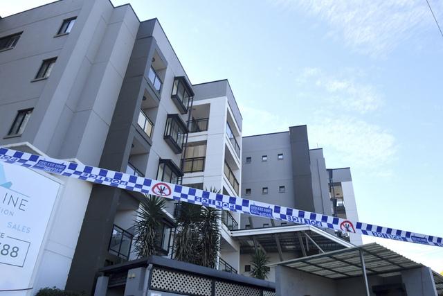 Politiet har sperret av et leilighetsbygg i Blacktown i Sydney på grunn av koronasmitte. Deler av storbyen lever under svært strenge restriksjoner på grunn av det nyeste smitteutbruddet. Foto: Mick Tsikas / AAP via AP / NTB