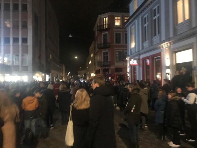 EVAKUERT: Flere hundre mennesker måtte evakueres fra Bergen kino søndag kveld.
