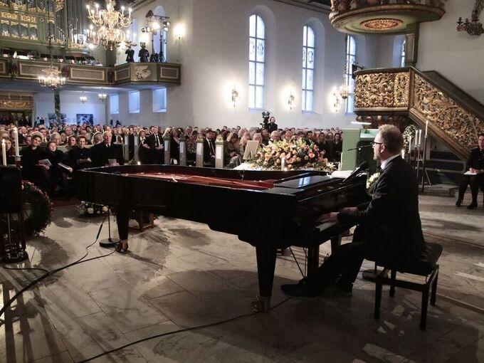 """Sigvart Dagsland spilte og sang """"Alt eg såg"""" under bisettelsen"""