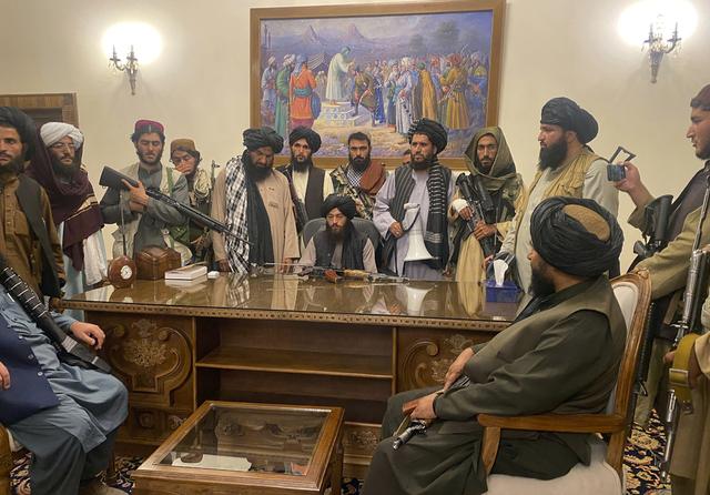 Bilde fra 15. august som viser Taliban-medlemmer i presidentpalasset i Kabul etter at president Ashraf Ghani hadde flyktet fra landet. Arkivfoto: Zabi Karimi / AP / NTB