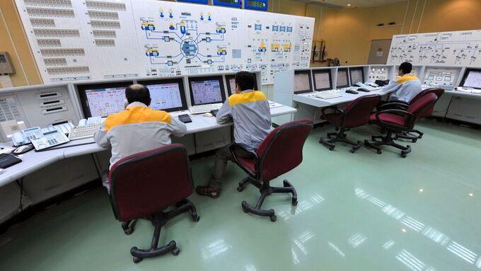 Teknikere i arbeid påBushehr kjernekraftverk i Iran.