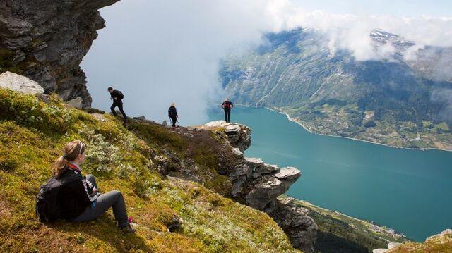 Den populære Dronningstien går opp til 1100 meters høyde i fjellet mellom Kinsarvik og Lofthus.