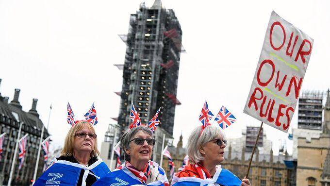 Folk har kommet til Parliament square i London for å feire utgangen av EU. I bakgrunnen Big Ben, som er under renovering og derfor ikke kommer til å slå ved midnatt.