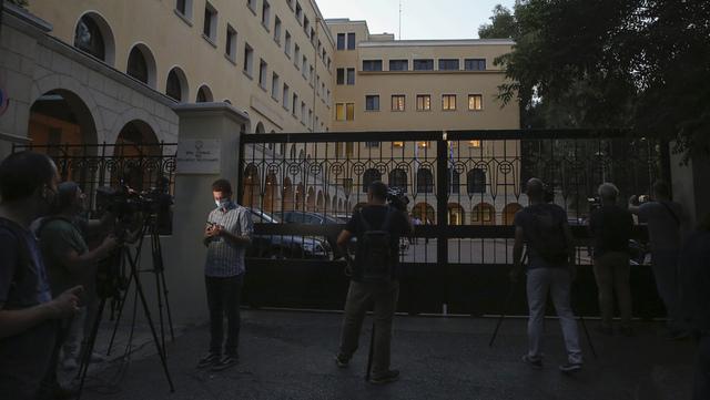 Pressefolk samlet seg utenfor Petraki-klosteret i Aten onsdag kveld, etter at en prest angrep sju biskoper med syre.