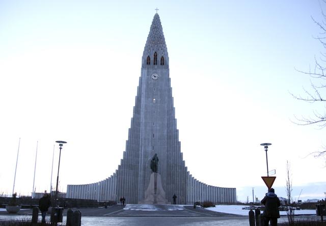 Islandske myndigheter satser på full gjenåpning av landet i november, men allerede onsdag kommer noen lettelser. Her er Hallgrímskirkja i Reykjavik, den største kirken på Island. Foto: Marianne Løvland / NTB