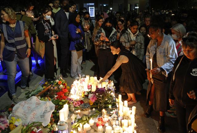 Fredag samlet flere hundre seg til en vake for den drepte barneskolelæreren Sabina Nessa (28). Drapet har igjen satt i gang en debatt om kvinners sikkerhet i Storbritannia. Foto: David Cliff / AP / NTB