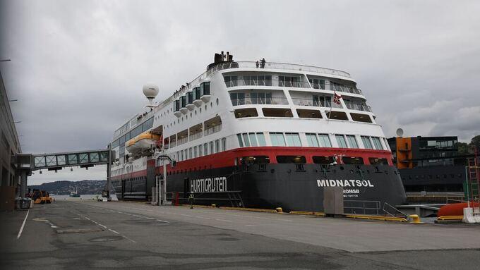 Her ligger MS  «Midnatsol» til kai i Bergen.