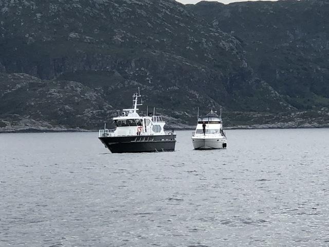 Her taues båten til Florø etter å ha gått på grunn.