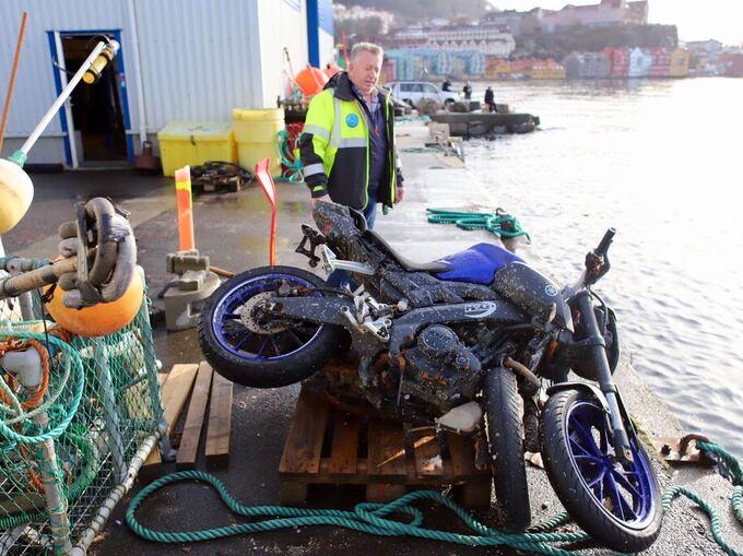 Daglig leder i IMC Diving Jørn Oksnes med mopedene som ble funnet mandag.