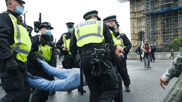Politiet pågriper en mann som ikke ville fjerne seg etter en demonstrasjon mot koronatiltak i London.