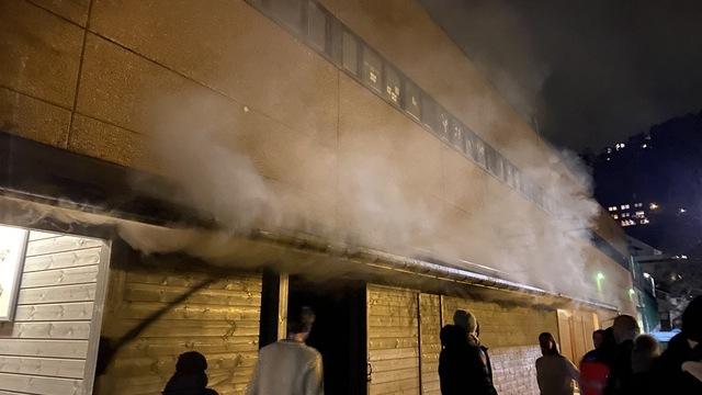 Røyk sto ut av bygning på Øvre Kråkenes.