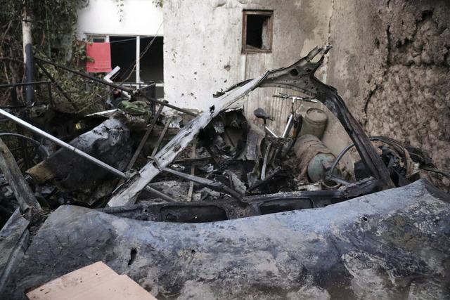 Denne bilen sto parkert innendørs, og ble helt ødelagt i det amerikanske droneangrepet søndag. I angrepet, som rettet seg mot en bil Pentagon mener inneholdt eksplosiver og hadde kurs mot flyplassen i Kabul, ble også sivile rammet. Ti personer ble drept, opplyser slektninger til Washington Post. Foto: Khwaja Tawfiq Sediqi / AP / NTB