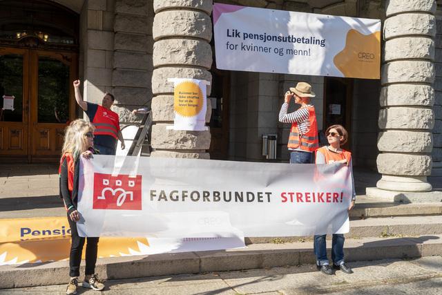 Streikevakter ved Nationaltheatret i september. Foto: Terje Pedersen / NTB