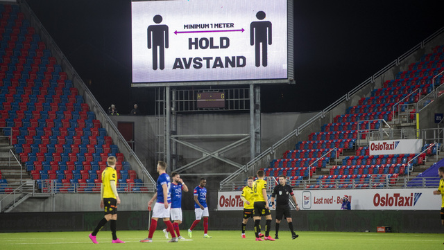 Avstandsråd på storskjerm under siste seriekamp i 2020 mellom Vålerenga og Start på Intility stadion i Oslo.