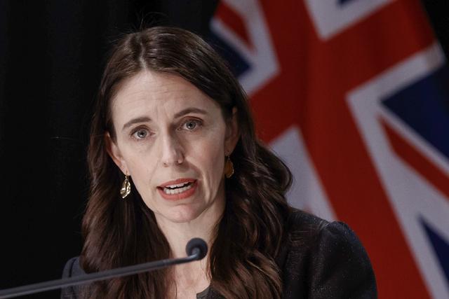 New Zealands statsminister Jacinda Ardern varsler minst to uker til med koronarestriksjoner i Auckland.