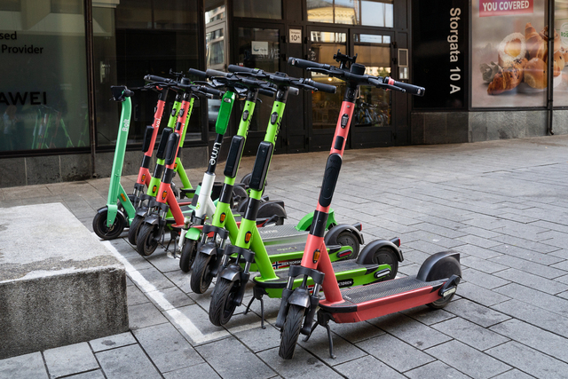 Elsparkesykler fra Bolt, Voi, Ryde og Lime parkert i Storgata i Oslo. Foto: Ali Zare / NTB