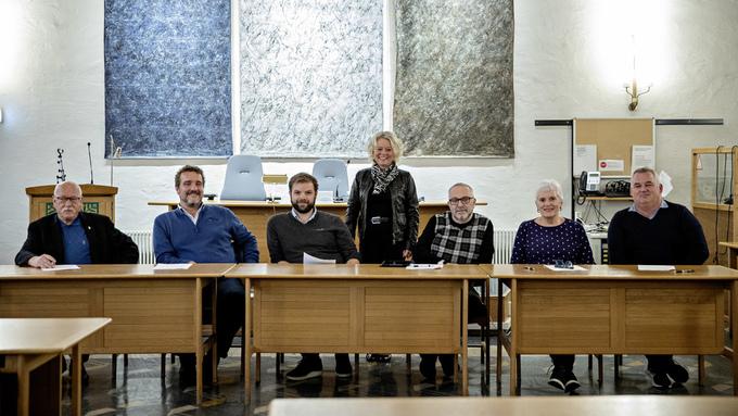 REPRESENTANTER: Fra venstre: Kurt J. Hæggernæs (Pp), Arild Raftevoll (V), Forhandlingsleder Yngve Fosse (H), Siv Høgtun (H), Roald Stenseide (Frp), Kristin Ravnanger (Krf), Morten Georg Isaksen (Sp).