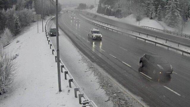 Vinterlig på E6 ved Djupdalen på grensa mellom Oslo og Lillestrøm mandag morgen.