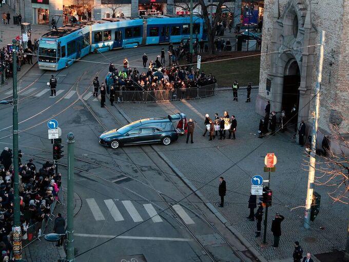 Mange hadde samlet seg utenfor Oslo domkirke da kisten med Ari Behn ble båret ut.