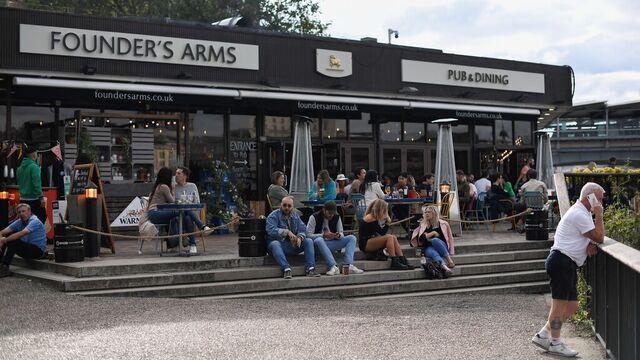 Fra torsdag av må puber, barer og andre serveringssteder stenge dørene klokken 22 i Storbritannia.