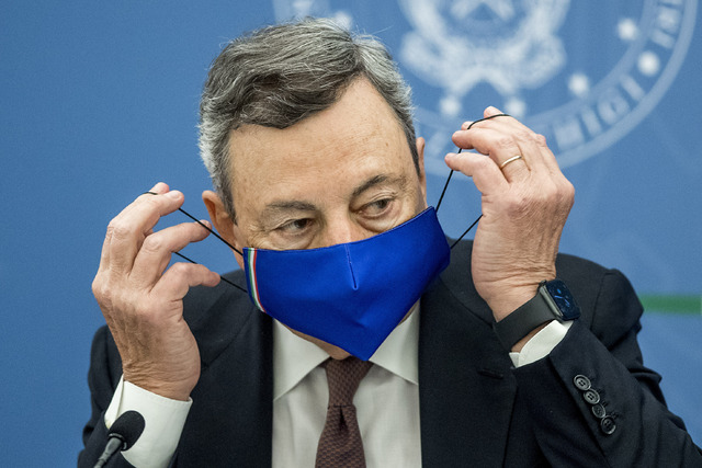 Statsminister Mario Draghi la frem de nye koronatiltakene på en pressekonferanse i Roma torsdag. Foto: Roberto Monaldo / LaPresse / AP / NTB