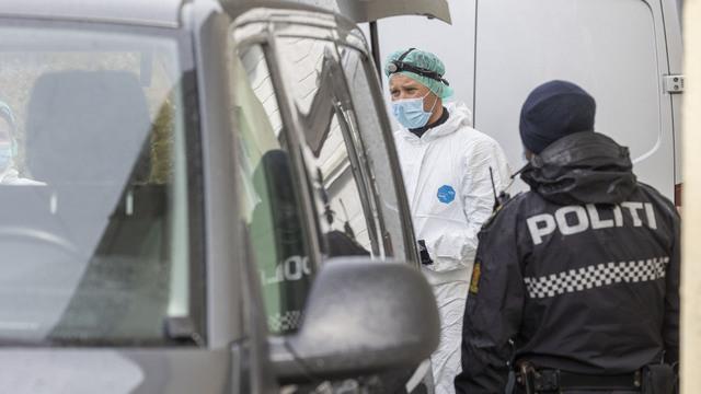 Politiet på stedet der en eldre kvinne ble funnet død i Lyngdal torsdag.
