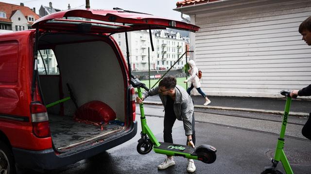 Mikkel Gudmundsen (22) jobber i Ryde og henter inn elsparkesyklene som står rundt i Bergen sentrum.