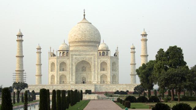 Taj Mahal åpner etter å ha vært stengt på grunn av smittespredningen i India.