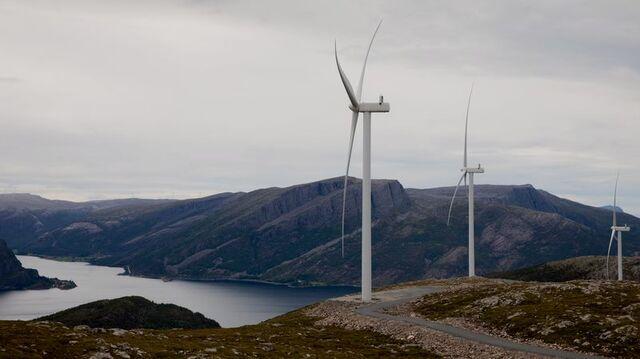 Vindkraftverket utenfor Svelgen ble åpnet i 2019. Nå må eierne av vindkraftanlegg belage seg på å betale mer skatt.